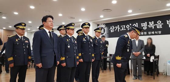 18일 오전 진주 한일병원 장례식장에 마련된 합동분향소를 찾은 민갑룡 경찰청장이 경찰 간부들과 함께 조문하고 있다. 신진호 기자