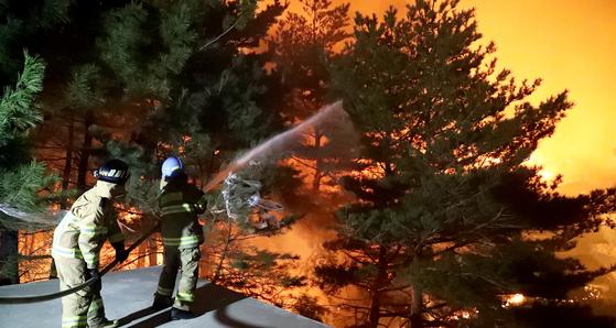 강원도 고성에서 발생한 산불이 강풍을 타고 인근 속초까지 번졌다. 지난 5일 오전 속초 장사동 인근에 화재가 발생해 소방관들이 진압 작업을 하고 있다. 장진영 기자