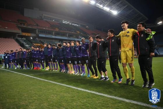 17일 전주월드컵경기장에서 열린 2019 FA컵 32강전에서 K리그1 전북 현대를 1-0으로 누른 뒤 기뻐하는 K리그2 FC 안양 선수들. [사진 대한축구협회]