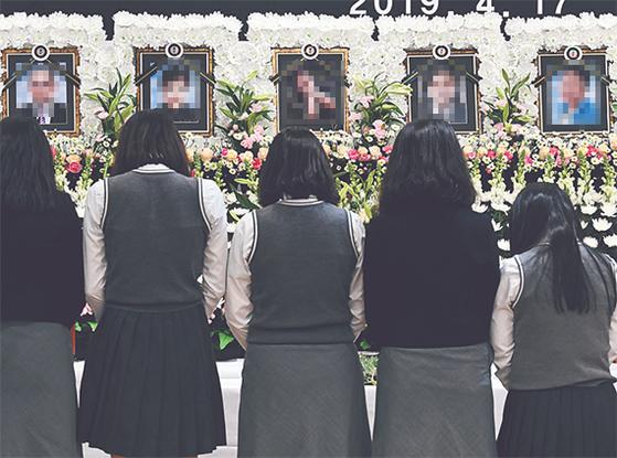 이날 오후 시민들이 진주시의 한 병원 장례식장 합동분향소에서 조문하고 있다. [송봉근 기자]