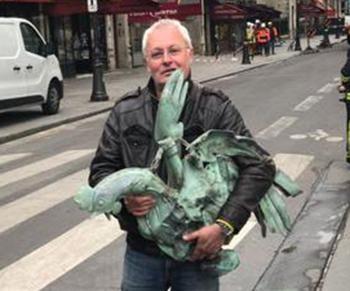 노트르담 대성당 첨탑 청동 수탉 조각상을 회수한 자크 샤뉘 회장. [사진 자크 샤뉘 트위터]