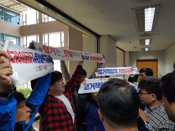 15일 오전 부산시장실 앞에서 시위를 벌이는 민주노총 노조원 등. 황선윤 기자