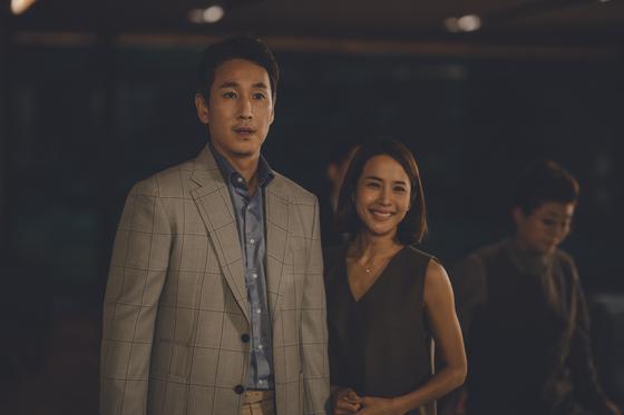 영화 '기생충'에서 글로벌 IT기업 CEO 박 사장(이선균)네 가족 모습. [사진 CJ엔터테인먼트]