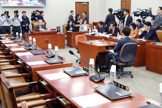 더불어민주당 의원 등이 불참한 가운데 열린 국회 법제사법위원회 전체회의 [중앙포토]