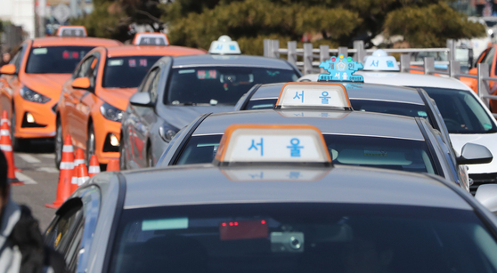 서울 시내에서 손님을 기다리는 택시들. [뉴스1]
