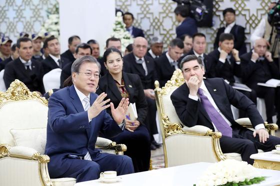 투르크메니스탄을 국빈방문중인 문재인 대통령이 18일(현지시간) 베르디무하메도프 투르크메니스탄 대통령과 투르크멘바시 키안리 가스화학플랜트 현장을 방문했다. 청와대사진기자단