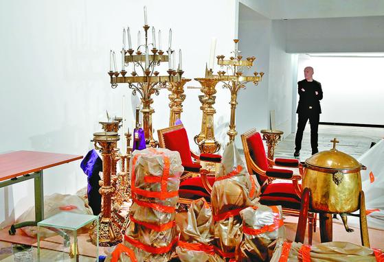16일 파리 시청사인 오텔 드빌의 문화재 수장고에 노트르담 대성당 화재에서 살아남은 유물들이 안전하게 보관돼 있다. [로이터=연합뉴스]