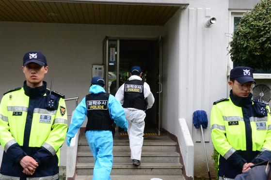 17일 오전 4시 30분께 경남 진주시 가좌동의 한 아파트에 거주하는 40대 남성 안모(43)씨가 본인 집에 불을 지른 뒤 계단에서 대피하는 이웃 주민들을 상대로 흉기를 휘둘러 5명이 숨지고 10여명이 다쳤다. 사진은 과학수사대가 현장감식을 위해 아파트 내부로 들어가는 모습. [뉴스1]