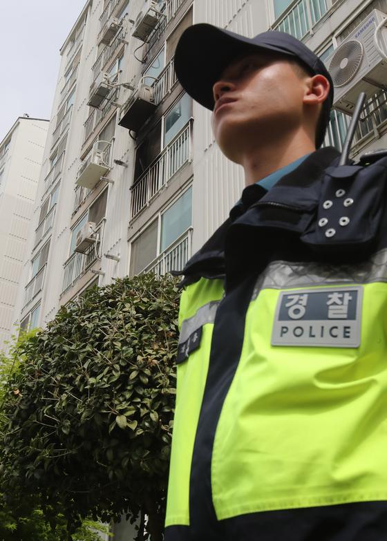 17일 경남 진주시 가좌동 가좌주공3차아파트에서 일어난 '묻지마 살인' 사건 현장 앞을 경찰이 지키고 있다. 송봉근 기자