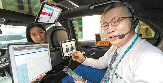 김준기 푸르덴셜생명 LP가 고객을 만나러 가는 차 안에서 다음 일정을 확인하고 있다. 일분일초도 허투루 쓰지 않고 업무 효율성을 높이는 영업 방식이 그가 꼽은 성공 비결이다. [사진 푸르덴셜생명]