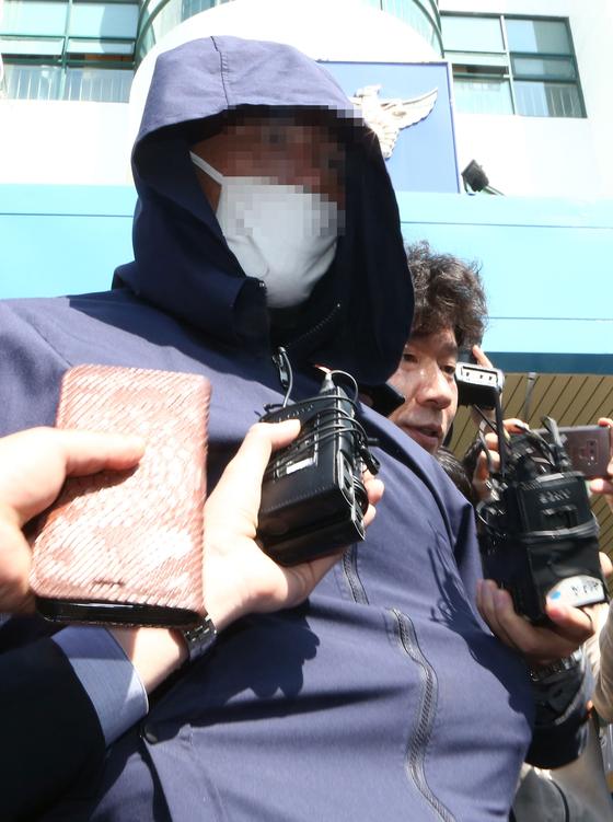 18일 오전 진주 아파트 묻지마 방화 살인사건 피의자 안씨가 구속영장 실질심사를 받기 위해 진주경찰서를 나서고 있다. 송봉근 기자
