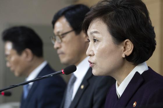지난 1월 정부서울청사에서 단독주택 공시가격 관련 브리핑하는 김현미 장관. [연합뉴스]