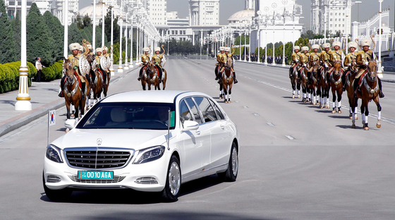 한-투르크메니스탄 정상회담이 17일 투르크메니스탄 아시가바트 대통령궁에서 열렸다. 이날 문재인 대통령을 태운 흰색 의전 차량이 대통령궁으로 향하고 있다.