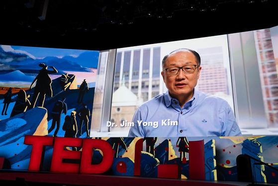 김용 전 세계은행 총재가 TED 2019 행사장의 스크린 속에 등장했다. 그는 16일 TED가 발표한 8가지 담대한 프로젝트 중 하나인 아프리카인을 위한 구충제 프로젝트를 소개했다. [사진 TED]