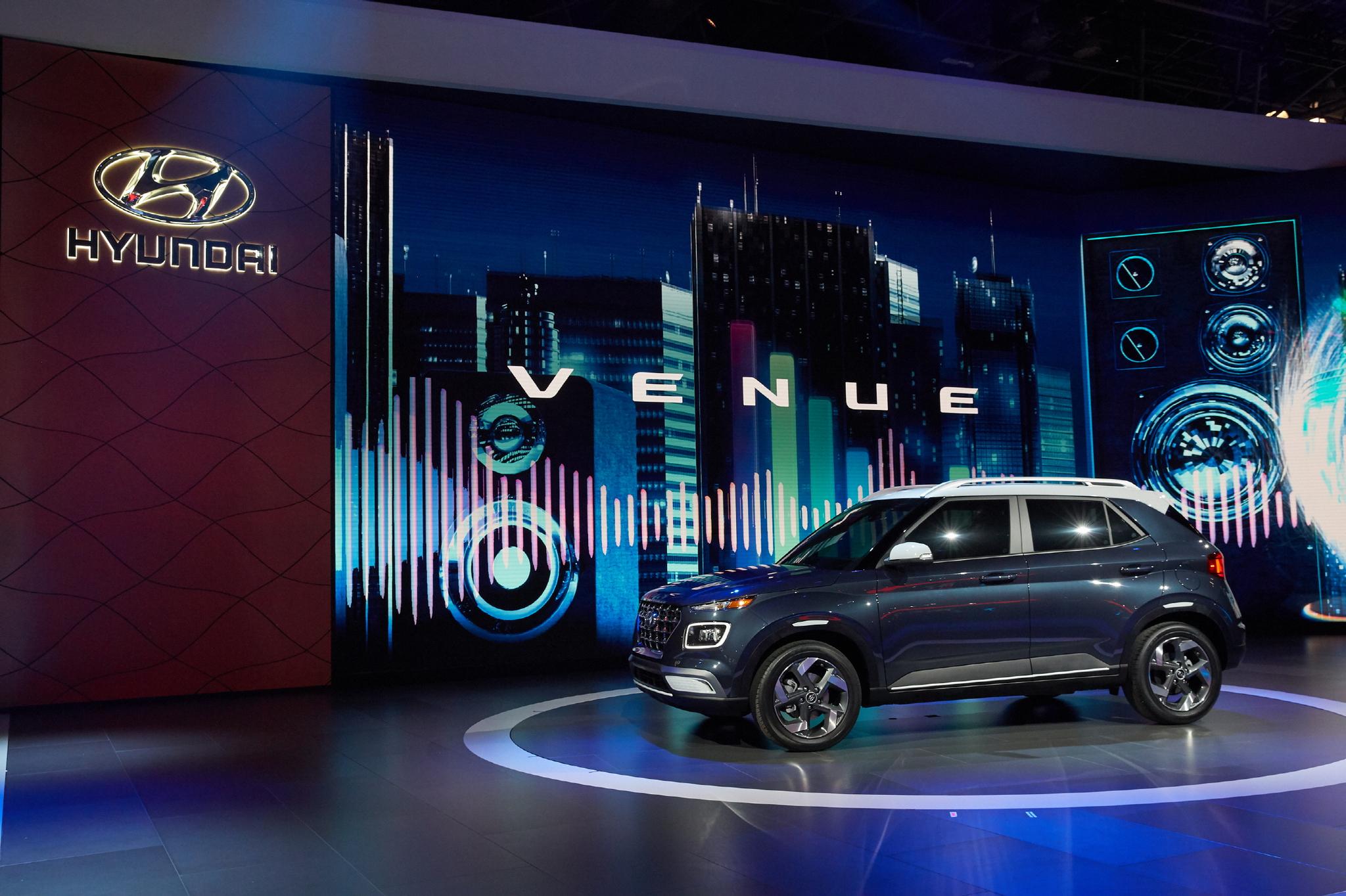 베뉴는 현대차가 선보이는 글로벌 소형 SUV다. 현대차 SUV의 패밀리룩을 따르면서도 밀레니얼 세대의 취향에 맞춘 디자인과 편의성이 특징이다. [사진 현대자동차]