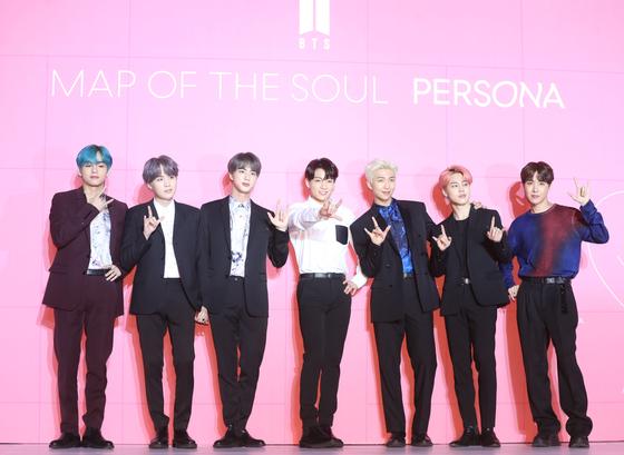 그룹 방탄소년단(BTS)이 17일 오전 서울 중구 을지로 동대문디자인플라자에서 새 미니앨범 '맵 오브 더 솔 : 페르소나(Map of the soul: Persona)' 발매 기자간담회를 열고 포즈를 취하고 있다. [뉴시스]