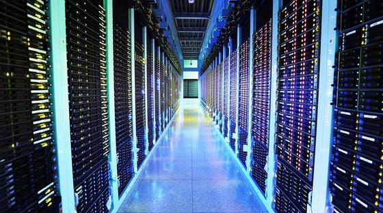 네이버 데이터센터 '각'의 서버룸. 북관, 서관, 남관 3곳에 총 12만개의 서버가 있다. [사진 네이버]