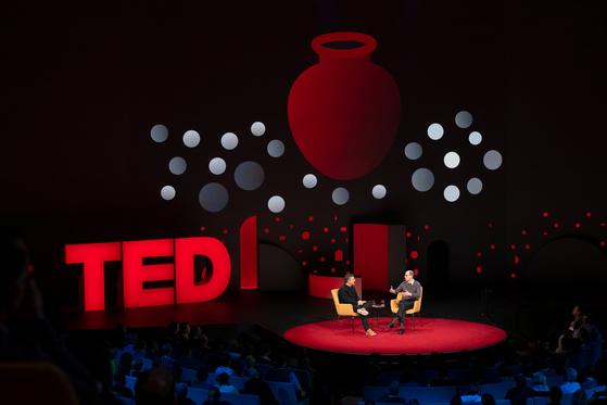TED 2019 콘퍼런스 셋째날인 17일(현지시간) 크리스 앤더슨 TED 대표가 영국 옥스포드대 인류미래연구소의 닉 보스트롬 교수와 과학기술의 발전과 인류의 위험에 대해 얘기하고 있다. 위의 그림은 보스트롬 교수의 논문 '취약한 세계의 가설'에 나오는 항아리 비유를 설명한 그림이다. [사진 TED]