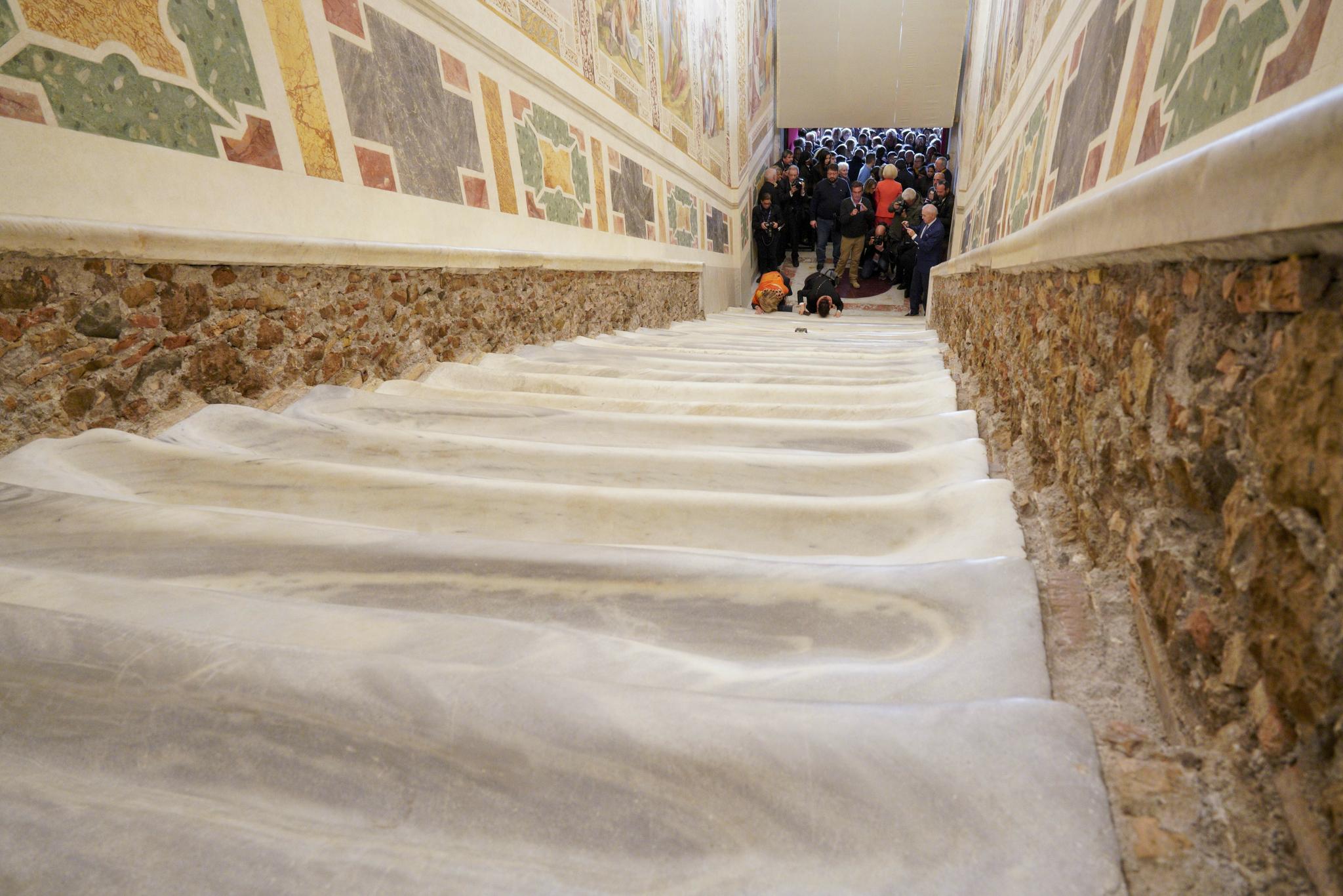 순례자들이 지난 11일(현지시간) 새롭게 복원된 로마 '성 계단'을 무릎으로 오르고 있다. [AP=연합뉴스]