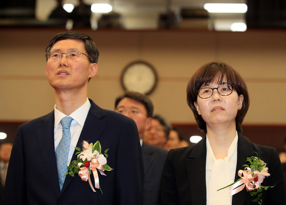 19일 서울 재동 헌법재판소 대강당에서 열린 헌법재판관 임명식에 참석한 문형배(왼쪽), 이미선(오른쪽) 재판관 [연합뉴스]