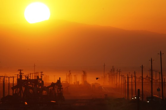 미국 캘리포니아 몬트레이 셰일 생산 기지 위로 해가 뜨는 모습. [AFP=연합뉴스]