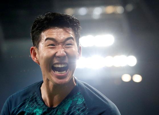손흥민(토트넘)이 17일(현지시간) 영국 맨체스터의 시티 오브 맨체스터 스타디움에서 열린 맨체스터 시티와의 2018-2019 유럽축구연맹(UEFA) 챔피언스리그(UCL) 8강 2차전에서 승리를 확정짓고 기뻐하고 있다. [로이터=연합뉴스]