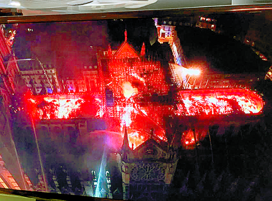 15일(현지시간) 프랑스 파리 노트르담 대성당이 화마에 휩싸여 있다.사진은 방송화면을 찍은 것이다. [트위터캡처=뉴시스]