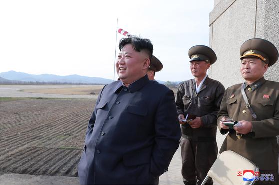 김정은 북한 국무위원회 위원장이 16일 공군 제1017군부대 전투비행사들의 비행훈련을 현지 지도했다고 조선중앙통신이 보도했다. [연합뉴스]