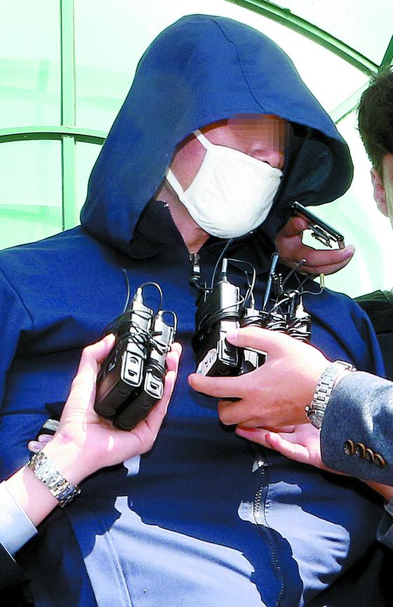 진주 아파트 살인 사건 피의자 안인득씨가 18일 구속영장 실질심사를 받기 위해 진주경찰서를 나서고 있다. [송봉근 기자]