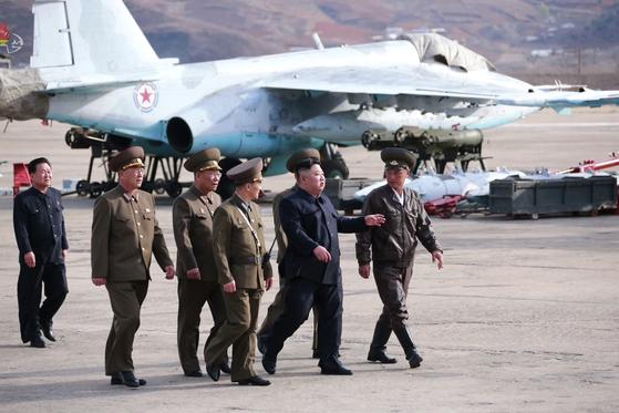 북한 김정은 국무위원장이 17일 신형 전술 유도무기 사격 시험을 참관했다고 조선중앙TV가 18일 보도했다. 사진은 16일 김 위원장이 공군 제1017부대를 현지 지도하는 모습. [연합뉴스]