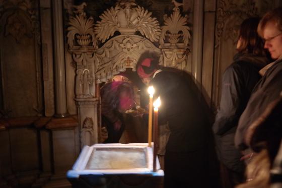 오랜 시간 줄을 서서 기다린 순례객들이 예수의 무덤 안으로 들어가고 있다. 한 명씩만 들어갈 수 있으며, 들어갈 때는 입구가 낮아 고개를 숙여야만 한다. 백성호 기자