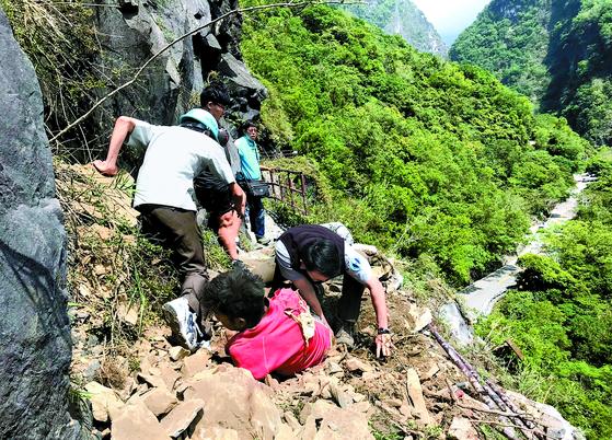 대만 규모 6.1 지진, 관광객 구조작업