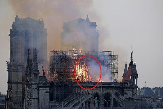 노트르담 불길 속 예수 형상이… SNS서 난리난 사진