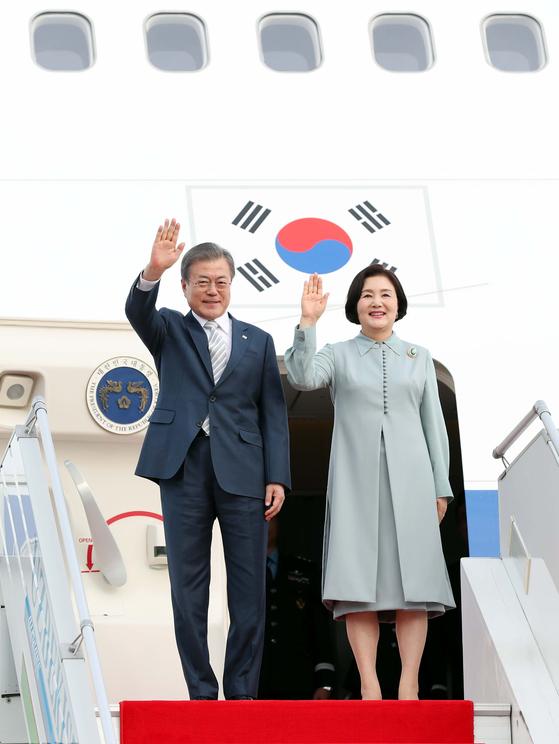 <청와대> 문 대통령, 우즈베키스탄 도착/ 우즈베키스탄을 국빈방문중인 문재인 대통령이 18일 오후(현지시간) 탸슈겐트 국제공항에 도착하고 있다.