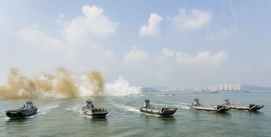 2016년 인천상륙작전 66주년을 맞아 해군이 인천 월미도 앞에서 인천상륙작전 재연행사를 펼치는 모습 [중앙포토]