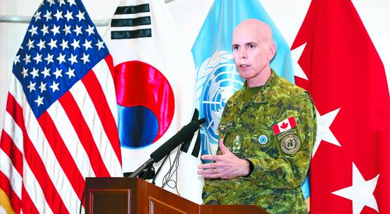 """유엔사 부사령관 웨인 에어 중장은 18일 경기도 평택시 캠프 험프리스에서 열린 유엔군 사령부 미디어데이에서 '비무장화가 완료된 JSA 남측지역에서만 견학을 실시할것""""이라고 말했다. [뉴시스]"""