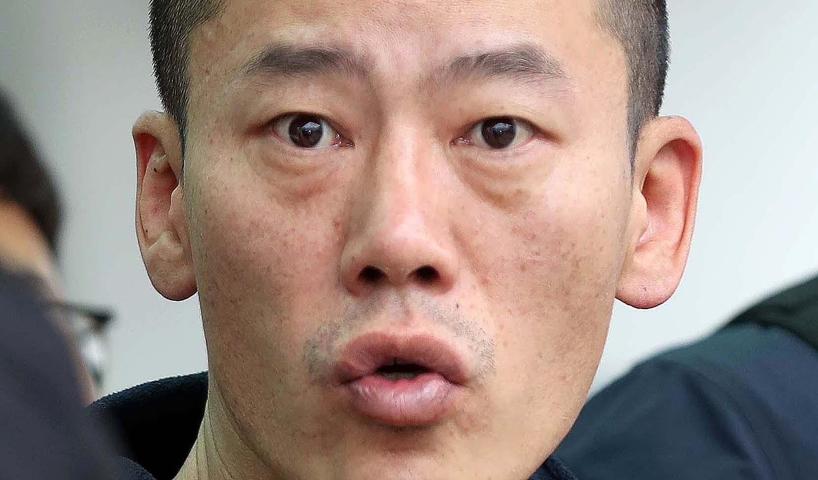 진주 아파트 방화살인 혐의로 구속된 안인득(42)은 병원을 가기 위해 19일 오후 경남 진주경찰서을 나서면서 얼굴을 가리지않았다. [연합뉴스]
