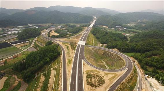 동서를 연결하는 서울양양고속도로의 노선번호는 60번이다. [중앙포토]