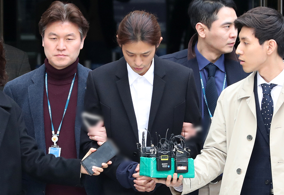 상습적으로 성관계 불법 영상 촬영 및 유포 혐의를 받는 가수 정준영이 3월 21일 오후 서울 서초구 서울중앙지방법원에서 열린 구속 전 피의자심문(영장실질심사)를 마치고 법정을 나서고 있다. [뉴스1]
