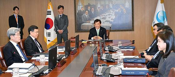 이주열 한국은행 총재(가운데)가 18일 오전 서울 중구 한국은행에서 열린 금융통화위원회 전체회의를 주재하고 있다. [뉴시스]