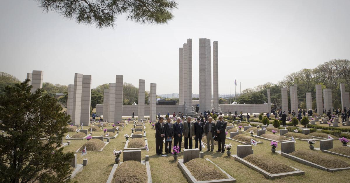 서울 강북구 국립 4·19 민주묘지에서 추모객들이 추모하고 있다. [연합뉴스]