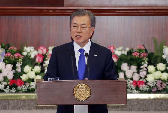 우즈베키스탄을 국빈 방문 중인 문재인 대통령이 19일 오후(현지시간) 타슈켄트 시내 하원 본회의장에서 우즈베키스탄 상·하원 의원과 주요 언론이 참석한 가운데 우리나라 대통령으로서는 처음으로 연설을 하고 있다.연합뉴스