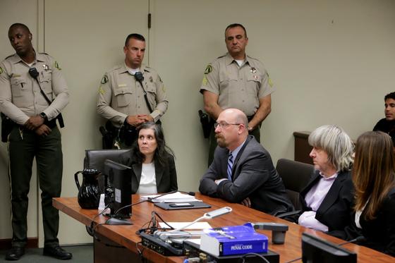 '캘리포니아 호러 하우스' 美 13남매 잔혹학대 부모에 최고 종신형 선고