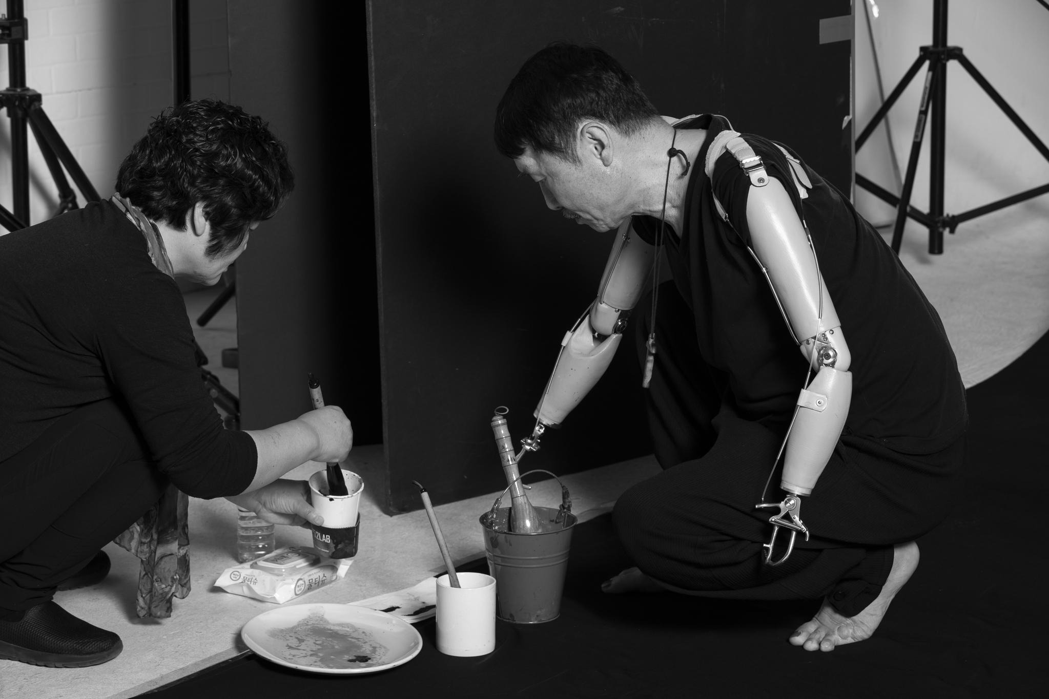 지켜보면 석 화가의 손을 대신 하는 것은 아내 곽혜숙 씨의 손이다.