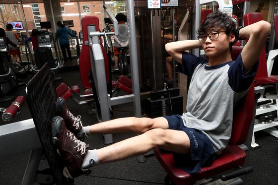 운동 중인 장애인 수영선수 윤성혁 씨의 모습. 최정동 기자