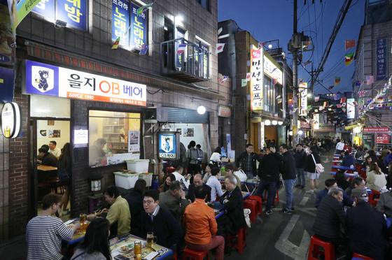 노가리골목에 어둠이 내리면 손님이 몰려든다. 을지로3가, 아니 서울의 명물 골목이다. 이 골목은 1980년 을지OB베어의 창업으로 시작됐다. 김경빈 기자