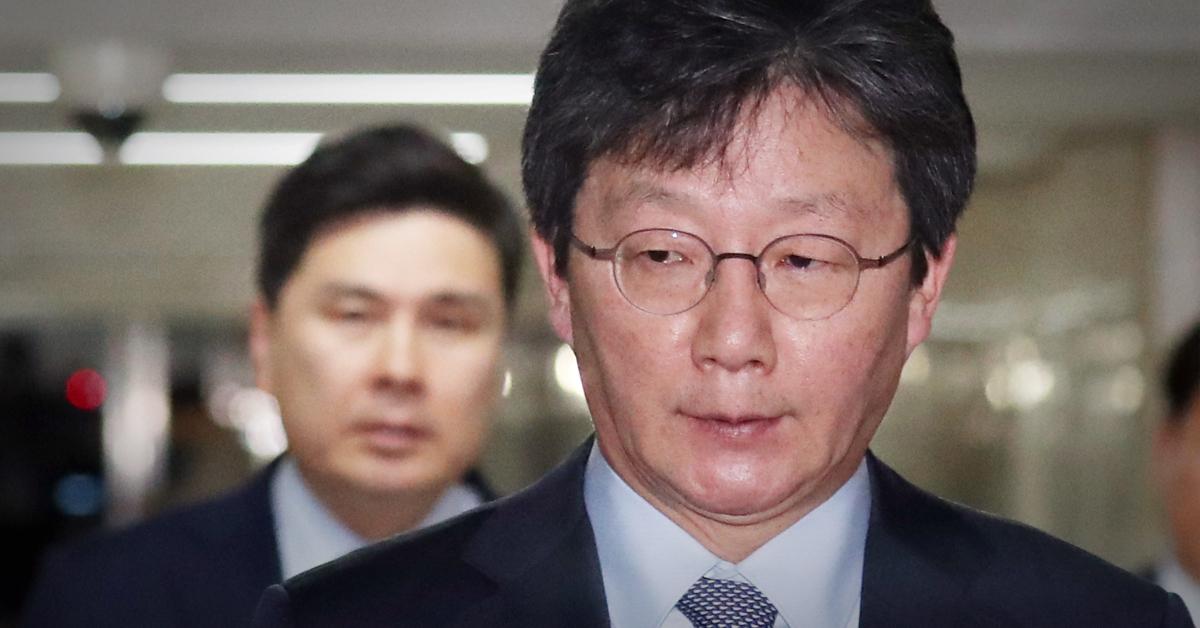 유승민 바른미래당 의원이 18일 서울 여의도 국회에서 열린 의원총회를 마치고 나오고 있다. [뉴스1]