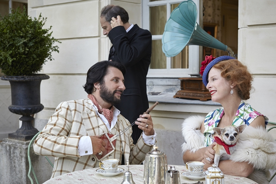 베카신의 감독, 각본과 사기꾼 라스타쿠에로스 역을 맡은 브뤼노 포달리데스(좌)와 그의 동생 드니 포달리데스(가운데 검은 양복). 이 영화에서는 후작 부인의 사업 고문이자 그녀를 짝사랑하는 캐릭터를 맡았다. 그리고 오른쪽 여자는 그랑테르 후작 부인 역 카린 비아르다. [사진 마노엔터테인먼트]