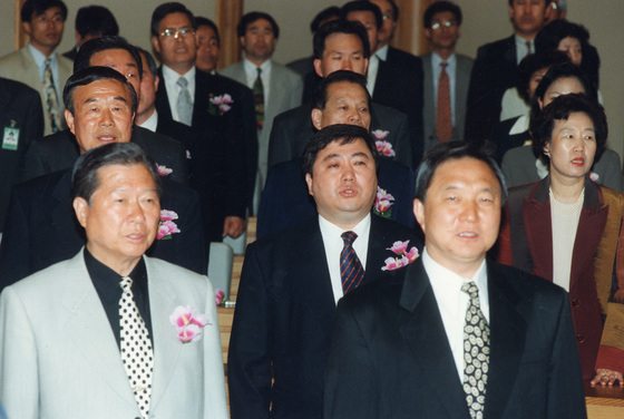 김대중 대통령과 장남 김홍일(뒷 줄 가운데) 전 의원