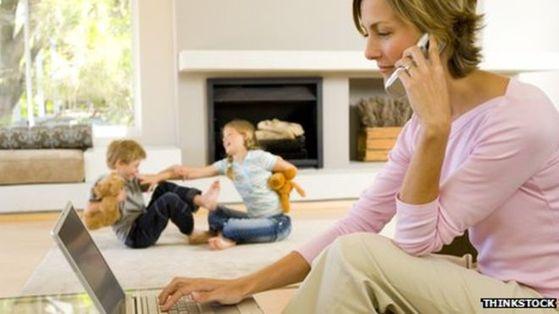 육아와 일을 병행할 수 있는 재택 근무 등 탄력근무제에 대한 선호도가 증가하고 있다. [BBC 캡처]